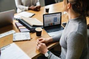 Mulher visualizando um plano de negócios