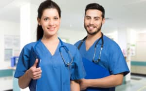 médicos sorrindo despreocupados com glosas médicas ou hospitalares